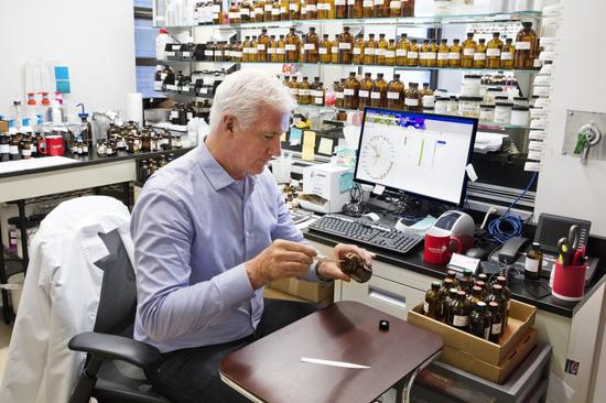 AI 制作香水并不依赖嗅觉,通过大量分析香水的配方成分与销售资料,运用机率统计与排列组合等大数据运算,帮助调香师更有效率地调配出符合消费者喜好的配方   图片来源:IBM