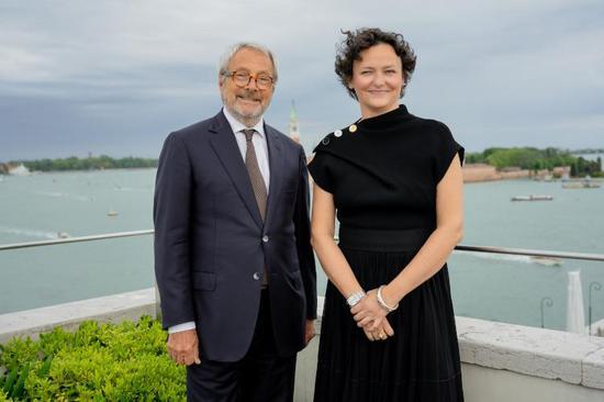 威尼斯雙年展主席羅伯特·西庫托與塞西莉亞·阿萊馬尼(右)
