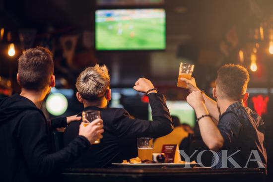 带老爸一起去酒吧看世界杯