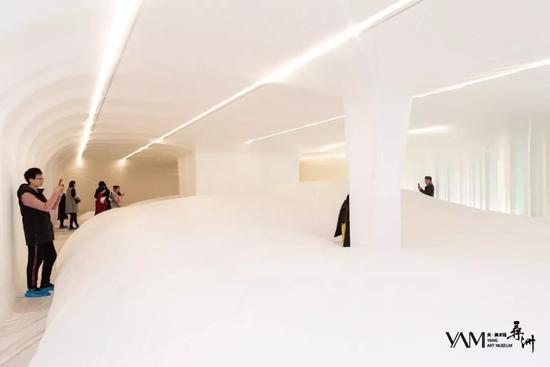 嘉宾进入装置参观央·美术馆