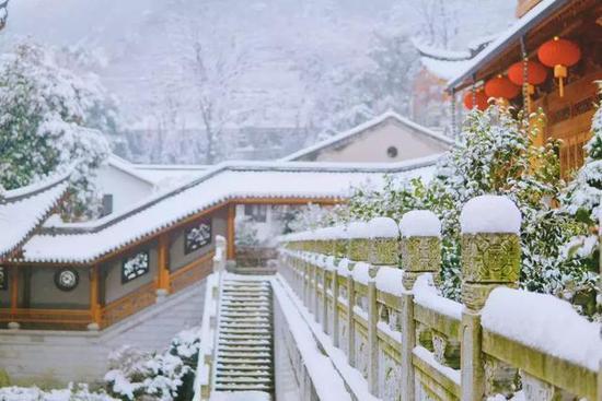 去看雪中有佳人,娇容绝红尘的襄阳。