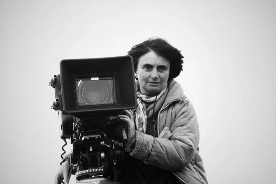 1985年阿涅斯·瓦尔达在拍摄《天涯沦落女》时的场景。图片:by Micheline PELLETIER/Gamma-Rapho via Getty Images