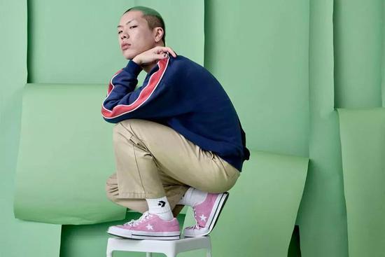 对于吴赫来说,他最爱的搭配莫过于九分裤或者短裤 + 匡威的骚气穿搭。