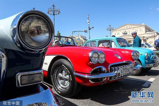 各式古董车齐聚莫斯科老爷车集会