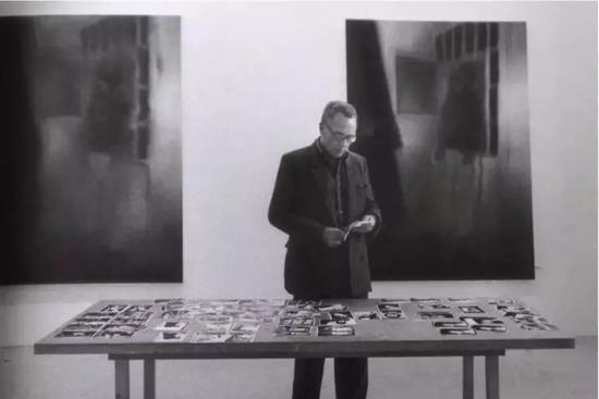 创作中的格哈德·里希特 图片来自网络