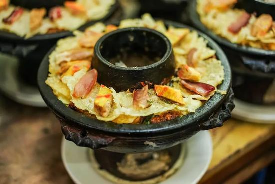 ▲ 云南腾冲土火锅,各色食材将锅子装点得满满当当。图/图虫·创意