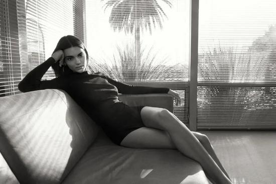 转型成功,Kendall Jenner 成为时尚电商FWRD 创意总监。
