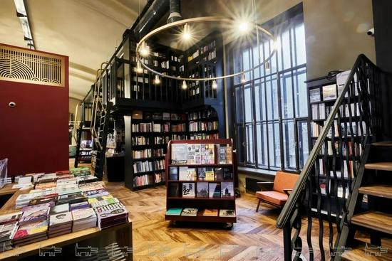 """一群人跑到书店拍""""动作大片"""" 竟意外好看到爆红全球"""