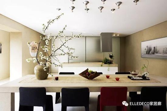 餐椅出自意大利品牌Molteni&C。左侧墙面上的圆形油画来自艺术家叶永青,右边墙面上的横幅山石油画是艺术家张发志的作品。天花板上的水滴灯饰是姜涛自己设计的。