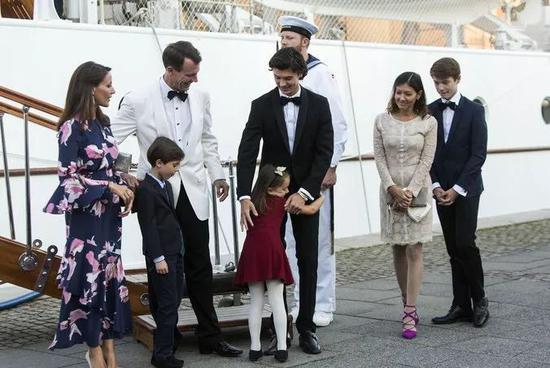 尼古拉王子出席活动