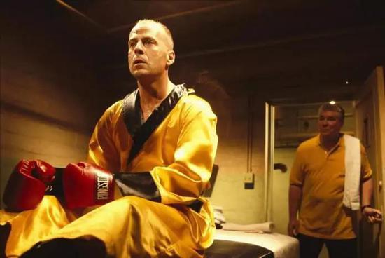 这一幕中最明显的颜色就是黄色拳击袍、黄色Polo衫、红色拳击手套。