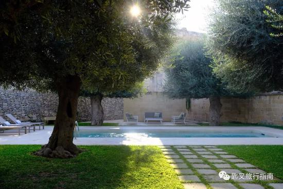 而藏身后花园的泳池更是放佛隔世般美出了仙气儿。