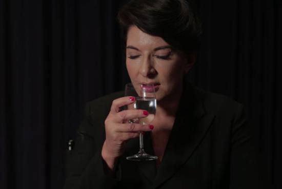 """""""玛丽娜·阿布拉莫维奇:如何喝一杯水""""(Marina Abramaović: How to Drink a Glass of Water),2013"""