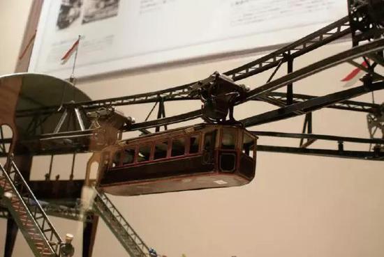世界仅存的Marklin制德国伍珀塔尔单轨吊挂式电车模型