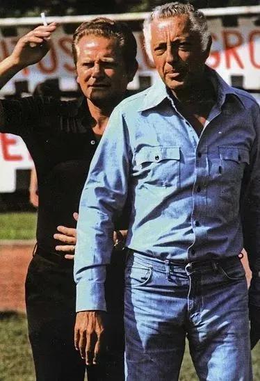 身着牛仔衬衫和裤子在球场上的Gianni Agnelli