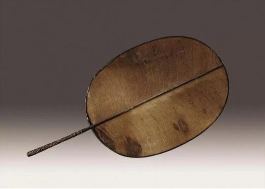 上图:(宋)剔犀漆柄团扇
