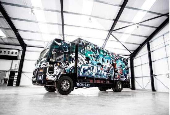 涂鸦大师班克斯最大作品卡车车体全涂漆要拍卖啦