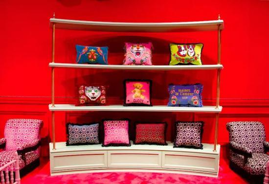 Gucci 现任创作总监Alessandro Michele,将钩针花边、刺绣皮草、印花装饰、长丝绸晨衣及复古阔脚裤等元素混合起来。他随心所欲地再次启用了过往的时尚元素,同时融入了幽默感和些许颓废