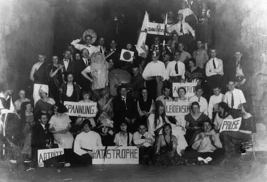 ▲包豪斯学生聚会 ©Louis Held,1924年