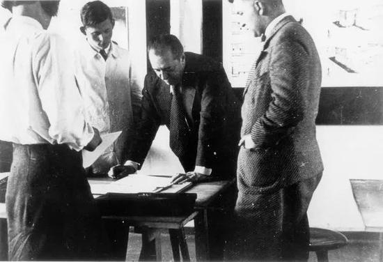 ▲密斯在包豪斯教学 ©Pius Pahl, 1930/1931