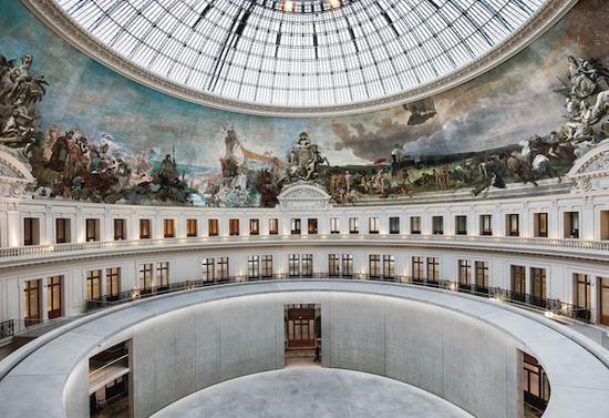 位于皮诺收藏馆(Bourse de Commerce-Pinault Collection)中心的玻璃穹庐和全景壁画,在修复后的巴黎前证券交易所开放。