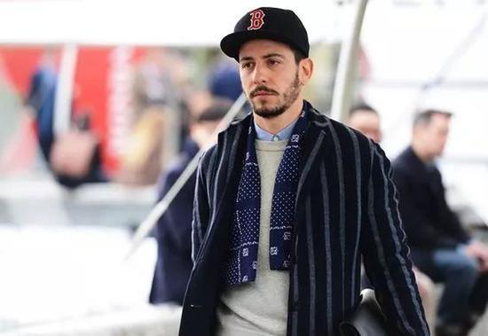 秋冬穿西装时,还可以系一条围巾,看起来既保暖又休闲。