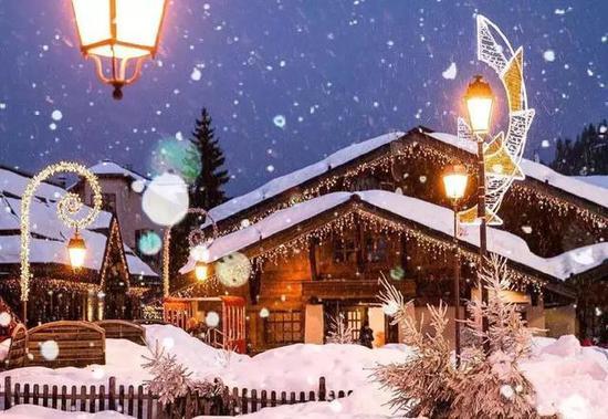 去看雪花随铃声飘落,圣诞的钟声响起。