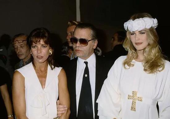 与摩纳哥公主Caroline和超模Claudia Schiffer在Chanel高定秀后(1991)