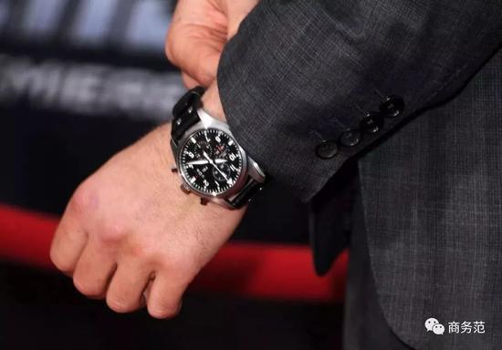 比如奥斯卡红毯上佩戴的这只表来自万宝龙的小三针正装表。