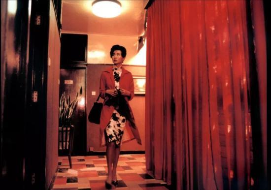 最让人意乱神迷的,还是《花样年华》里苏丽珍和周慕云幽会的旅店