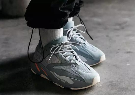 改鞋已于 3 月 9 日发售,发售价为 2599 元,喜欢的小伙伴可以关注一下哦!