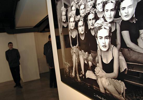 摄影展上的弗里达的照片。