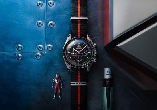 """欧米茄超霸""""奥特曼"""",注意手表右边是附送的一个紫外线灯,同时也是拆表带工具,模仿了奥特曼里的变身棒。"""