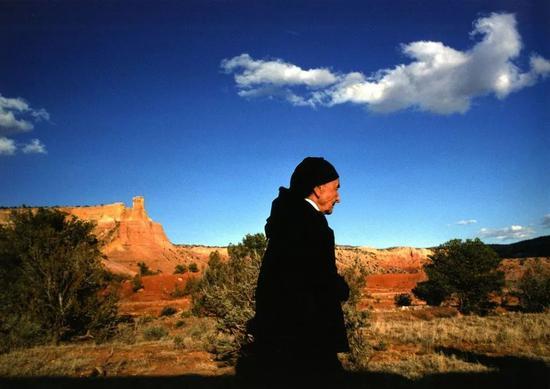 丹·布德尼克(Dan Budnik),《乔治亚·欧姬芙与幽灵农场里神秘的云,新墨西哥州》(Georgia O'Keeffe with Ghost Ranch Spirit Cloud, New Mexico),1975。图片致谢 Etherton 画廊