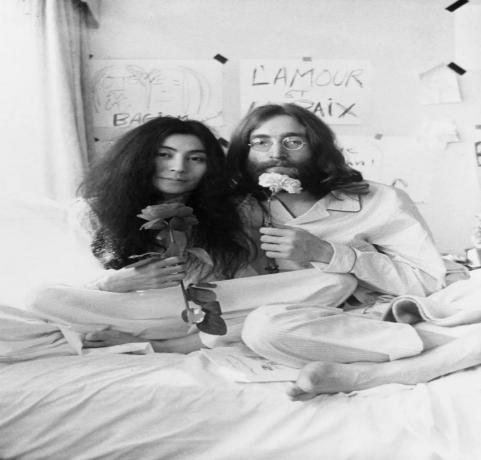 """△小野洋子和约翰·列侬,""""床上和平""""1969,单频影像,61分钟"""