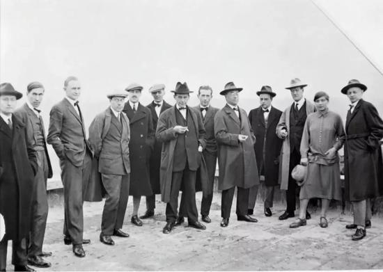 ▲包豪斯各位大牌教师在校舍屋顶,1926年