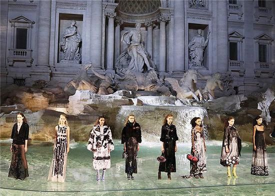 FENDI在罗马许愿池举办2016秋冬高定大秀 图片来源:FENDI