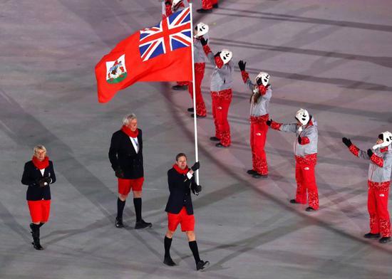 红红的裤子和冻得红红的鼻子可以说相得益彰