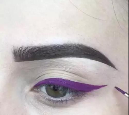Step1:先用彩色眼线笔画出偏粗的上扬眼线。