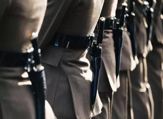 (Gurkha士兵著名的武器就是揹在腰后方的开山刀。)