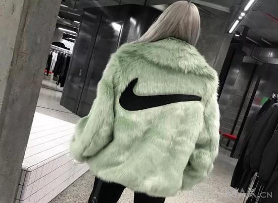 Nike x Ambush系列中的仿皮草大衣被指像淘宝上的货品