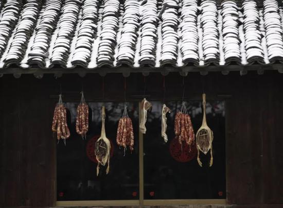 ▲ 当腊肠开始霸占阳台的时候,空气中的腊味四散,是最幸福的年味。摄影/沈志成图/《舌尖上的新年》
