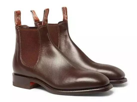 虽然最初源于马球运动中,但是切尔西靴是少有能搭配正装的靴子。