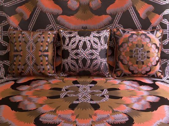 Pierre Marie 为 Créations Métaphores 集团所作的以丝带为设计主题的靠垫及织物作品上