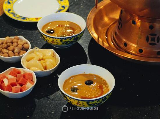 泡菜、糖蒜和花生是免费奉送的小菜