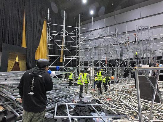大秀次日,施工队开始拆除现场设施。(图片来源:视觉中国)