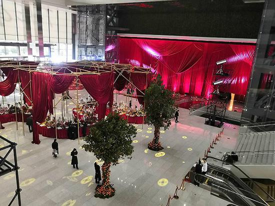 Dolce & Gabbana宣布大秀取消后,后台仍有工作人员。(图片来源:视觉中国)