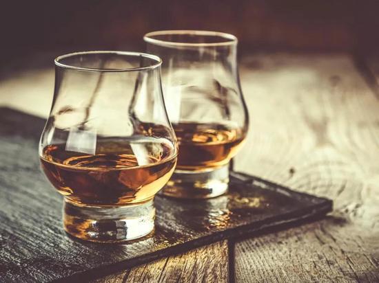 众人喜欢威士忌,还因为它符合男人天性。