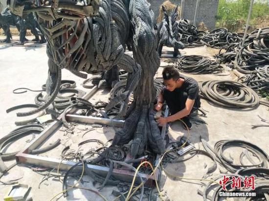 废旧轮胎变身创意雕塑   华丽变身你猜得到吗