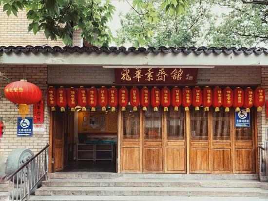龙华寺素面之于上海,犹如小面之于重庆,不可错过。